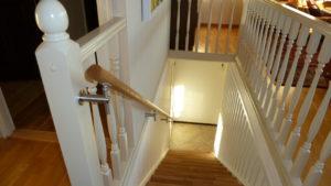 Holzhandlauf für die Treppe, Eiche mit natürlichem Abschluss, variabler runder Handlaufhalter
